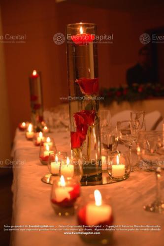 centro mesa cilindro altura rosas rojo espejo velas (1)